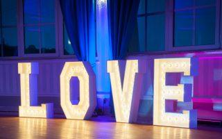 Napis LOVE nawesele