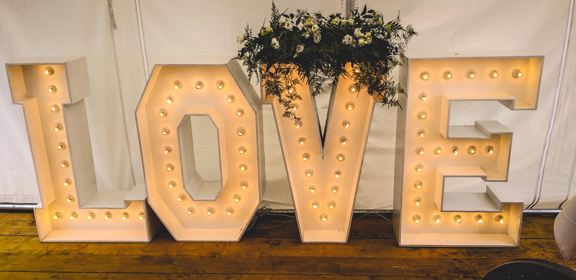 napis LOVE namiot na imprezę